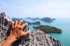 Manos que suben la roca en la isla de Angthong del punto de vista Fotografía de archivo libre de regalías