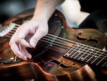 Manos que tocan la guitarra Fotografía de archivo libre de regalías