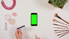 Manos que tocan Smartphone y que sostienen la tarjeta de crédito almacen de metraje de vídeo