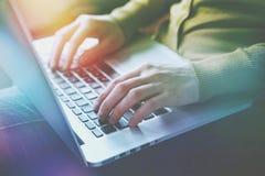 Manos que trabajan con mecanografiar del ordenador portátil Fotografía de archivo