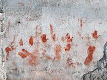 Manos sangrientas pintadas en la pared vieja Fotografía de archivo libre de regalías