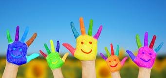 Manos sonrientes en fondo del verano imagen de archivo libre de regalías