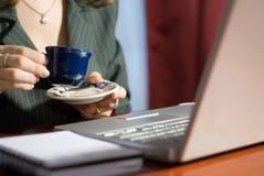 Manos, té, computadora portátil Imágenes de archivo libres de regalías