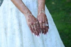 Manos talladas alheña de la novia Imagenes de archivo