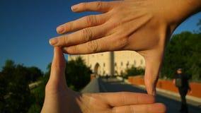Manos tur?sticas que enmarcan cierre popular de la se?al del viaje del castillo de Lublin para arriba almacen de metraje de vídeo