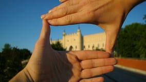 Manos tur?sticas que enmarcan cierre popular de la se?al del viaje del castillo de Lublin para arriba metrajes
