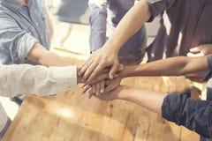 manos unidas para el concepto de la cooperación y del trabajo en equipo Fotografía de archivo