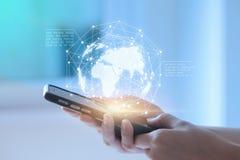 Manos usando datos de negocio de la exhibición del dispositivo del teléfono Techn móvil imagen de archivo