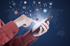 Manos usando la red social app en el teléfono móvil Foto de archivo