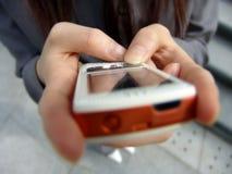Manos usando PDA fotografía de archivo libre de regalías