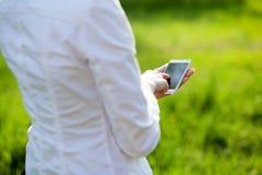 Manos usando smartphone Imagen de archivo libre de regalías