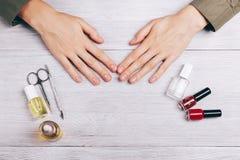 Manos y accesorios femeninos de la manicura Imágenes de archivo libres de regalías