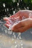 Manos y agua Imagen de archivo libre de regalías