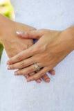 Manos y anillo del ` s de la novia Imagenes de archivo