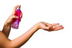 Manos y botella de perfume femeninas imagen de archivo libre de regalías