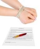 Manos y contrato encuadernados Imágenes de archivo libres de regalías