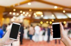 Manos y datos del smartphone, interempresariales o de la transferencia Imagen de archivo