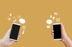 Manos y datos del smartphone, interempresariales o de la transferencia Fotografía de archivo