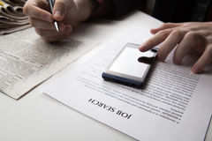 Manos y documento humanos con el título de la búsqueda de trabajo Imagen de archivo