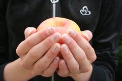 Manos y manzana Fotografía de archivo libre de regalías