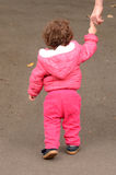Manos y paseos del control del niño en el parque con su madre Fotografía de archivo
