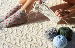 Manos y pies de hilo de algodón de la mujer que hace punto Imágenes de archivo libres de regalías