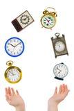 Manos y relojes que hacen juegos malabares Fotos de archivo libres de regalías