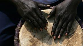 Manos y tambor en Gambia Imagenes de archivo
