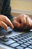 Manos y teclado imagenes de archivo