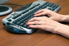 Manos y teclado Imagen de archivo