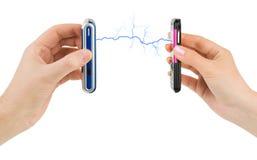 Manos y teléfonos móviles conectados Fotografía de archivo