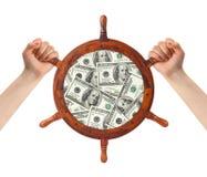 Manos y timón del dinero - gestión de las finanzas Fotografía de archivo