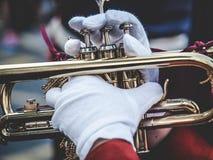 Manos y trompeta en el desfile foto de archivo libre de regalías