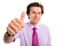 Manosee con los dedos para arriba, él es autorización, adulto masculino apuesto joven Fotos de archivo libres de regalías