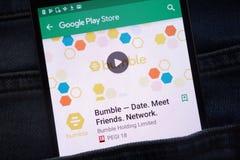 Manosee - la fecha Amigos de la reunión Red app en la página web del Google Play Store exhibida en smartphone ocultado en bolsill imagen de archivo libre de regalías