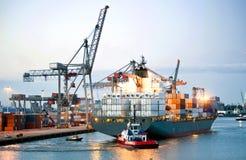 Manovramento della nave porta-container Fotografie Stock Libere da Diritti