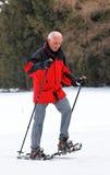 manpensionär som snowshoeing Arkivfoton