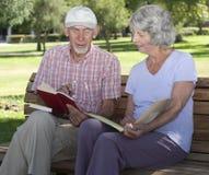 manpensionär som tillsammans studerar kvinnan Arkivfoto