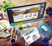 Manplanläggning som hyr en bil på internet Royaltyfri Bild