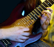 Manplaynggitarr med fingrar och rörelse Arkivbilder