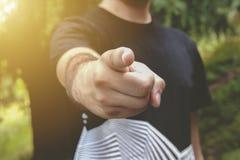 Manpunkt hans finger på dig Ung man i parkerapunkten hans finger Arkivbild
