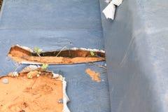 Manque en cuir extérieur de coussin de sofa vieux avec l'espace de copie image libre de droits