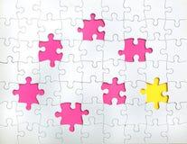 Manquer peu de morceaux dans un puzzle denteux Images stock