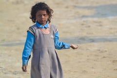 Manques d'eau, enfant tenant le sable/poussière/saleté, Inde Photo libre de droits