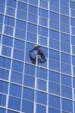 Manreinigungsfenster des modernen Geschäftsgebäudes Lizenzfreie Stockfotos