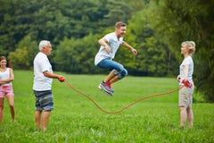 Manrep som hoppar over med banhoppningrepet Arkivbilder