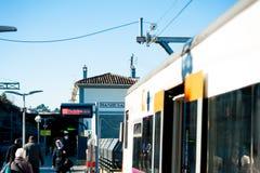 Manresa Spanien - 03 januari 2019: regionalt spanskt drev som ankommer i liten järnvägsstation av lilla staden med folk under sol royaltyfri foto