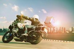 Manridning som turnerar motorcykeln på den skarpa kurvan för att resa och c Arkivbilder