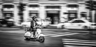 Manridningmotorcykel på gatan av Rome Royaltyfri Bild
