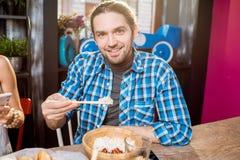 Manris med pinnar på restaurangen royaltyfri foto